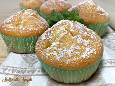 I muffin allo yogurt sono semplici e deliziosi, con ingredienti sani e genuini. Lo yogurt bianco dona una sofficità unica, si sciolgono in bocca.