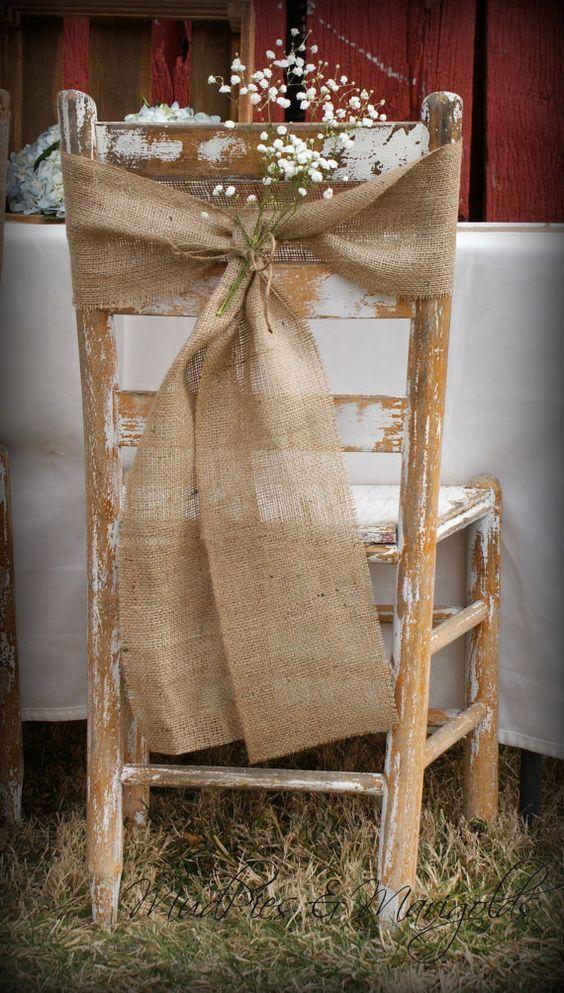 decorazione sedie matrimonio con lino e un rametto di gypsophila