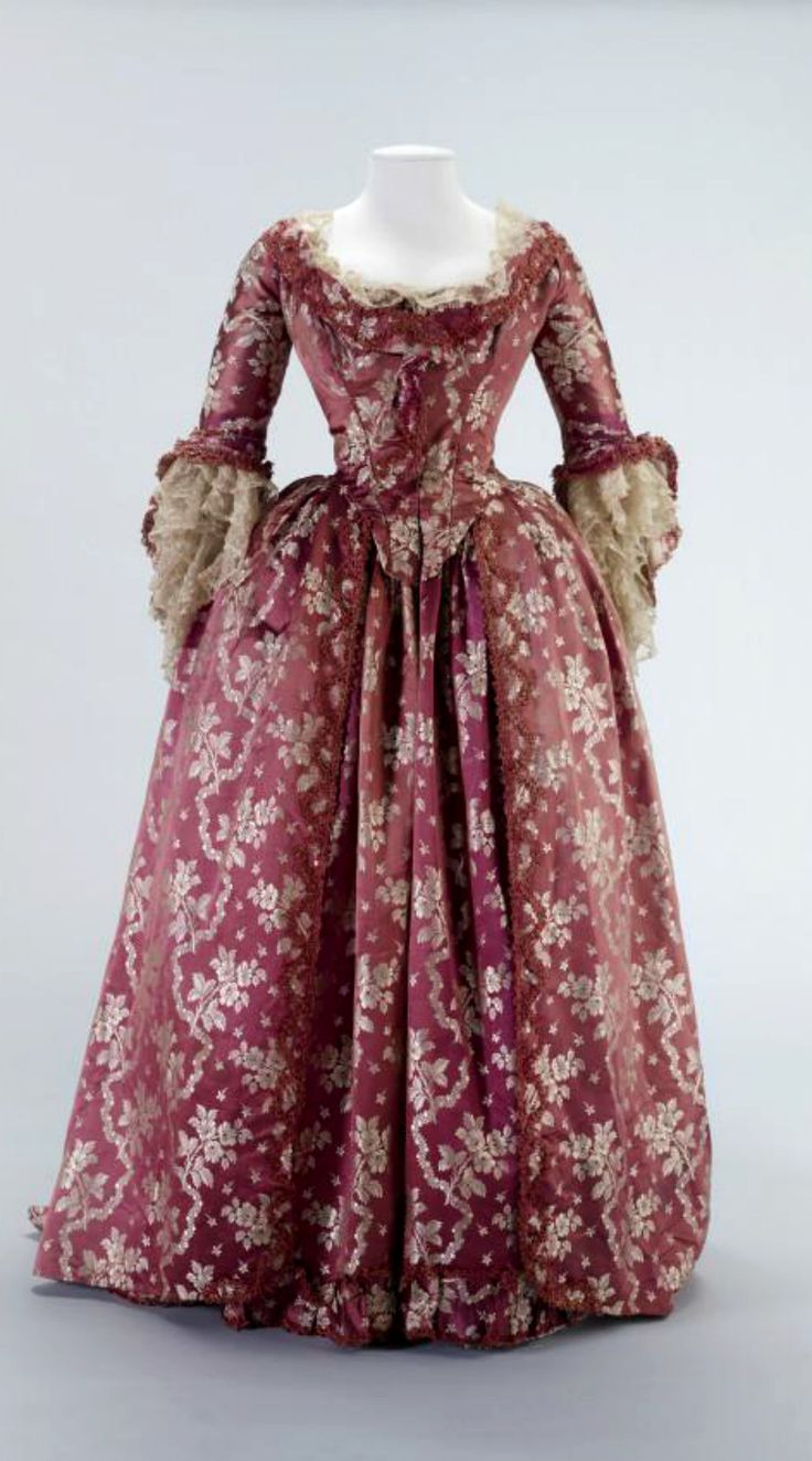 1771-1780 Robe à l'anglaise retroussée (English)  Materials: silk and linen