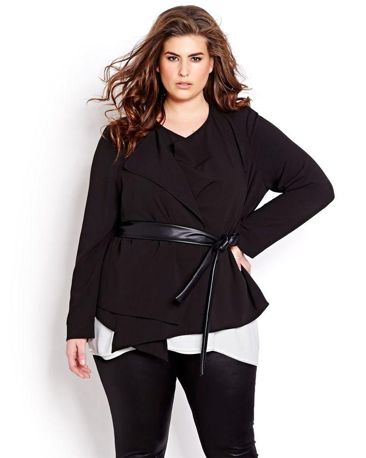 Cette chic veste à manches longues par Michel Studio agence une ouverture frontale asymétrique, un revers doublé du côté droit et une ceinture en similicuir à la taille pour un effet tendance et moderne aux lignes fluides et structurées. Taille plus, non doublée, longueur de 27 pouces.