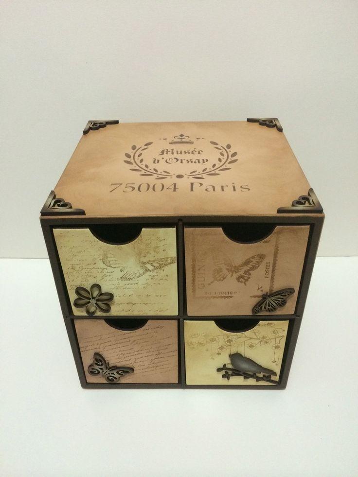 Caixa de chá em MDF, em formato de gaveteiro, toda pintada em estilo vintage, com apliques em madeira. <br> <br>Pode haver variação nas cores de uma peça para outra por ser um produto artesanal.