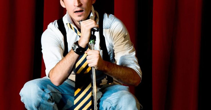 Cómo aprender a ser un comediante de stand up. La comedia stand up de calidad es una forma de arte que involucra humor, ritmo, una personalidad agradable y un material verdaderamente divertido. No todos los comediantes que se paran en un escenario tienen éxito al entretener a la audiencia. Aprender a ser un comediante de stand up es un proceso que involucra averiguar qué es divertido para la ...