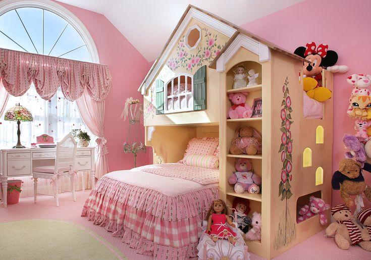 غرفة اطفال ، غرفة للبنات الصغار ، استخدام اللون الوردى الهادئ مناسب اكثر للبنات ، و للتوفير فى المساحة استخدموا سرير دورين كانه قصر صغير مزين من الجنب بأرفف لحفظ العابهم فيها