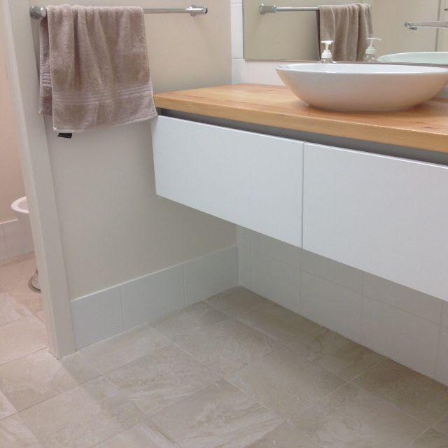 Floor: 300 x 300mm Livingstone Suede #800706 cushioned edge. Wall: 300 x 200mm White Gloss #500005 cushioned edge.