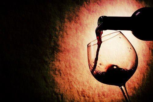 10 mitos sobre vinhos    Uma bebida tradicional e cheia de história, o vinho desperta curiosidades e estimula rituais entre os apaixonados. E cada tipo de vinho tem suas peculiaridades na hora de ser produzido, armazenado e servido. Quanto mais antigo o vinho, melhor? Todo vinho deve ser guardado deitado? A taça em que é servido altera o gosto do vinho?