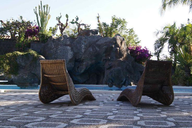 Ampia piscina realizzata in prossimità di una grotta vulcanica originata da una eruzione vulcanica risalente al 1000 a.c. La zona piscina è attrezzata di doccie esterne, sedie sdraio e lettini per prendere il sole, cuscini sofà, patio con tavoli e sedie.