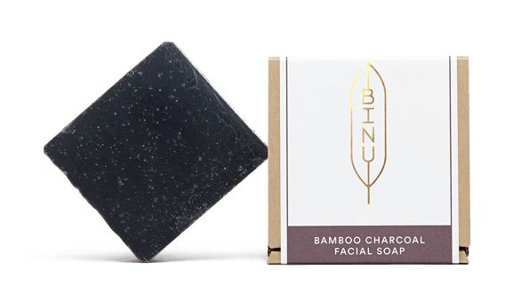 """Schwarze Seife mit Bambus Aktivkohle - für fettige & unreine Haut Bambus Aktivkohle ist durch ihre Struktur sehr bindungsfreudig und kann die Haut so porentief von Unreinheiten befreien. Die Kohlepartikel der Seife haben außerdem einen sanften Peeling-Effekt, sodass die Haut bei der Reinigung von abgestorbenen Hautzellen befreit und die Durchblutung angeregt wird. Das """"schwarze Gold"""" ist zudem reich an Silizium, welches die Elastizität und Feuchtigkeit der Haut fördert. Bambus Holzessig w..."""