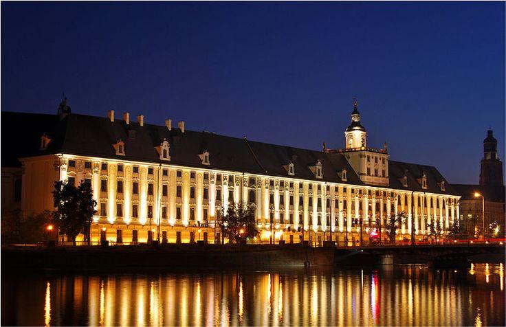 """Wrocław słynie ze swojego akademickiego charakteru. Szacuje się, że w naszym mieście studiuje co roku ponad 100 tys. studentów! A w poniedziałek mamy wielkie uczelniane święto, czyli uroczyste rozpoczęcie nowego roku akademickiego. Zapraszamy na Rynek o godz. 17, gdzie żacy tradycyjnie już odśpiewają """"Gaudeamusa"""", a wszystkim studentom życzymy jak najwięcej sukcesów i świetnych pomysłów badawczych!   (na zdjęciu: gmach główny Uniwersytetu Wrocławskiego, fot. JacobJ/Wikipedia)"""