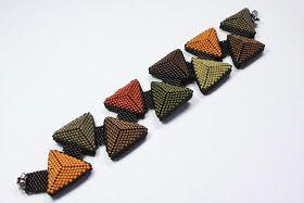 Es gibt Dinge im Leben, die muss man einfach mindestens zweimal machen. Das gilt auch und insbesondere für Armbänder. Das Peyote-Dreieck-A...