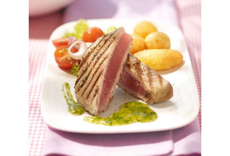 Kort gegrilde tonijnsteaks met snelle kruidensaus