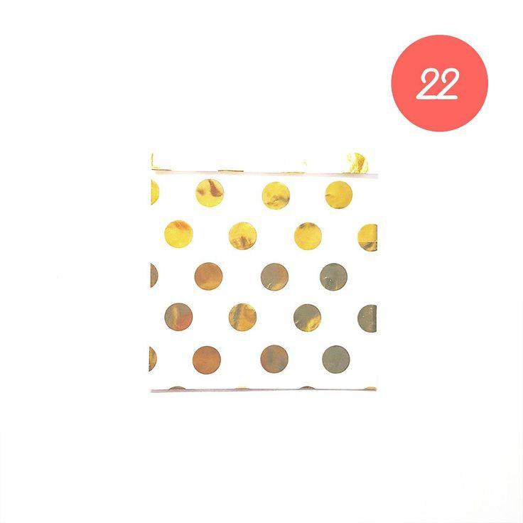 CHRISTMAS GIFT #22 Une jolie pochette surprise remplie de petites choses #ideecadeau #giftidea #cadeaudenoel #christmasgift #lastminutegift #surprisebag #giftbag #pochettesurprise #dots #pois #gold #or #doré #lapetiteepicerie #alinaerium