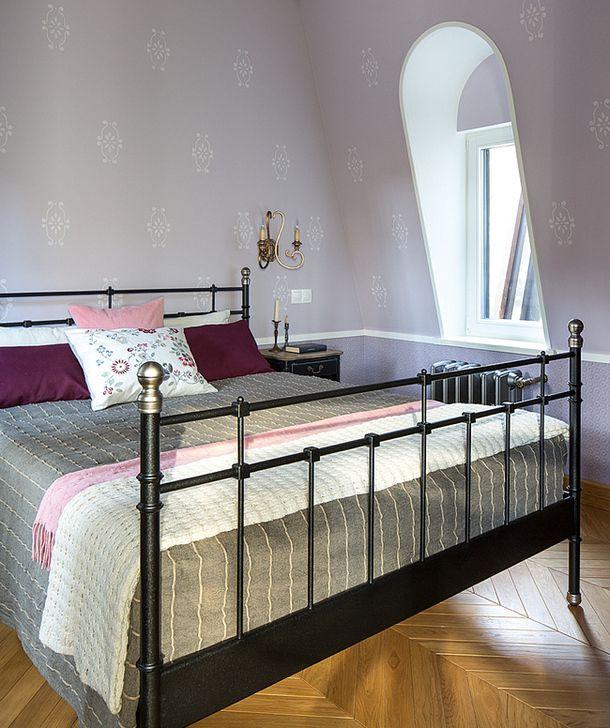 Над мастерской расположились две небольшие спальни.