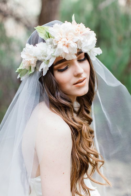 薄ピンクx白 柔らかいベールの上から花冠をまとって♡ ウェディングドレスに合う春らしい髪型一覧。ウェディングドレス・カラードレス・花嫁衣装に合うヘアアレンジまとめ。