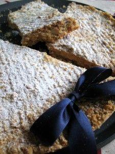 Tortionata di Lodi****300 g di farina 00 150 g di burro 150 g di zucchero 150 g di mandorle la scorza di uno o due limoni un tuorlo d'uovo zucchero a velo q.b. Preparazione: Tritate molto grossolanamente le mandorle e passatele in forno o in padella per una veloce tostatura. Sciogliete il burro e versatelo in una ciotola con la farina, lo zucchero, le mandorle, lo zucchero e il tuorlo d'uovo. Lavorate con le mani per amalgamare il tutto e unite per ultima la scorza del