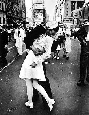 Alfred Eisenstaedt. 14 agosto 1945. Il Presidente Truman aveva appena annunciato la vittoria sul Giappone e, quindi, la fine della Seconda Guerra Mondiale.