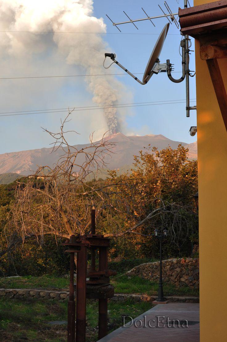 Torchi - Esterno Casa dei Torchi e vista Etna