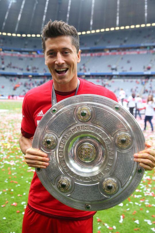 Robert Lewandowski - ciężką pracą do sukcesu. Robert Lewandowski to jeden z najlepszych napastników świata, który do swej pozycji doszedł tylko i wyłącznie ciężką pracą. Znany jest on z bardzo mocnego treningu oraz dbania o swe ciało, dzięki czemu może poszczycić się znakomitym ciałem, kondycją jak i odpornością na większe kontuzje. Wielu piłkarzy winno brać zn niego przykład, gdyż to ikona i wzór do naśladowania. #sport #trening #piłka #Bayern #Lewandowski ##piłka ##nożna