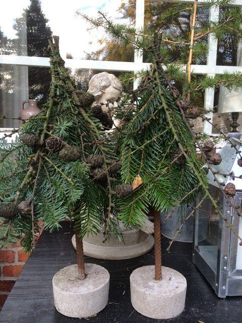 Søde og enkle er de små juletræer, med fod af beton. Betonfødderne er støbt i en græsk youghurtspand, og så er der sat et stykke jern i. Bl...