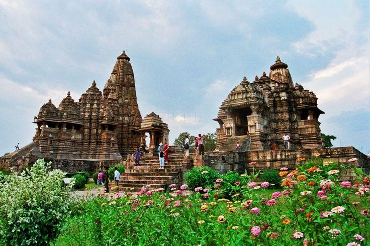 El magnífico grupo de templos de Khajuraho, lo construyó entre los siglos IX y X la dinastía Chandela, que dominaba entonces el centro de la India. El más impresionante de todos es el Kandariya Mahadev, representante del arte y de la arquitectura de templos con torre del norte del país. Destaca por sus majestuosas dimensiones, su compleja y armoniosa composición y exquisita ornamentación escultórica. Más de 800 esculturas están esculpidas en su estructura; entre ellas figuran dioses…