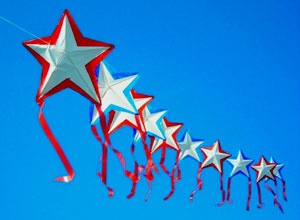 Star kite train, in an alternating pattern. T.P. (my-best-kite.com)