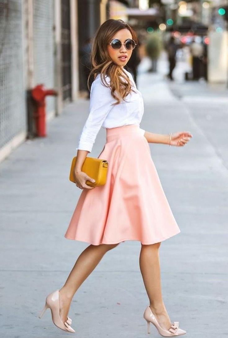 Conjunto camisa blanca, falda rosa, tacones beis, bandolera amarilla y gafas marrones
