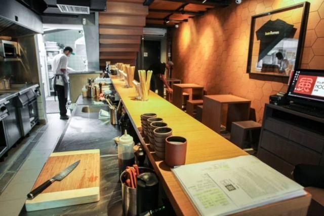 MATSU    O Matsu é, antes de tudo, um izakaya – um boteco japonês: bom balcão e petiscos. Abriu no ano passado, em Pinheiros.