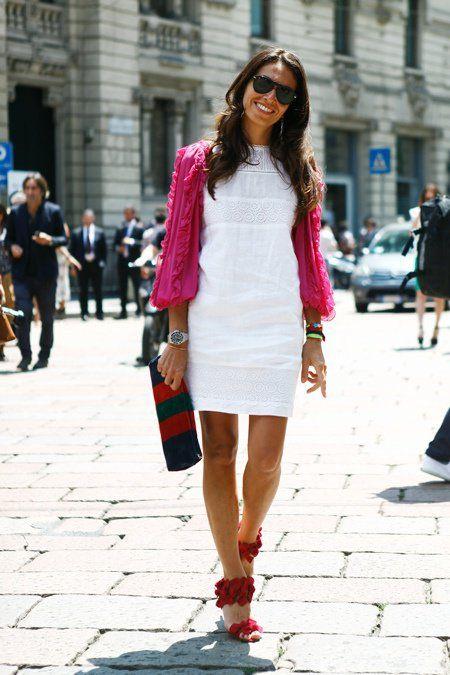 Viviana Volpicela e suas misturas de cores sempre dão o que falar por aqui. O tudo junto e misturado de hoje é bem leve. Vestido branco com casaquinho pink e sandália vermelha. Não tem como não gostar, né?! Very charming!