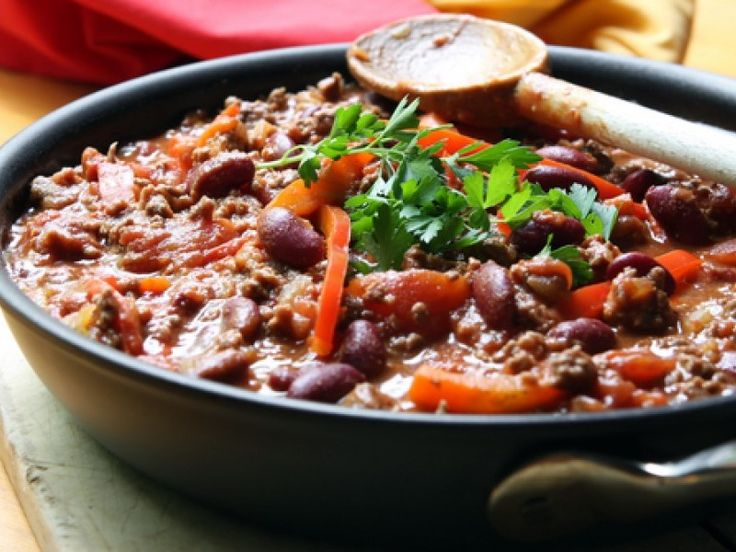Dit kruidige chili con carne recept is een heerlijk stoofgerecht voor een frisse herfstdag. Met rijst of aardappelen heb je een goed gevulde maaltijd.