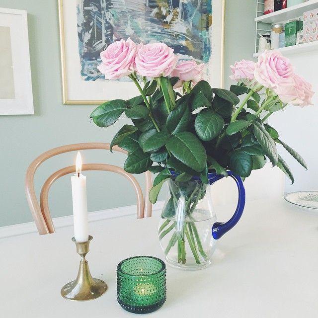 Sunday✨ #carolineseverydaydelights_myhome @iittala @paustian_dk #kitchen #dinnertable #flowers #roses #bistro #brass #morning #lazy #weekend