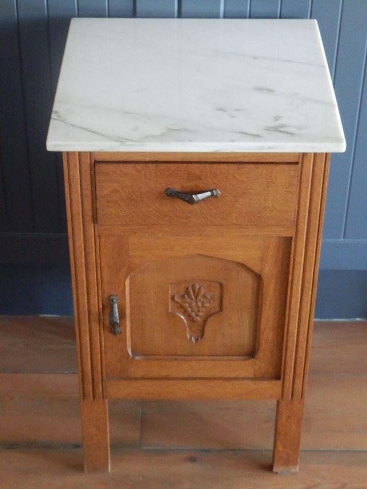 Te koop. Dit oude Franse nachtkastje. In zeer goede staat! Geen houtworm. Met marmeren plaat. Ik ben er dol op. 35 euro.