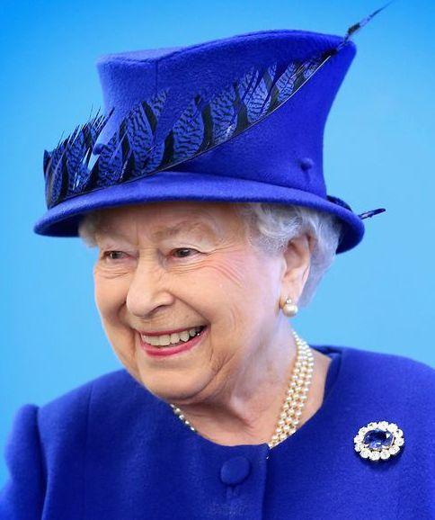 La reine Elizabeth II et son fils le prince héritier Charles ont visité ensemble un centre pour la jeunesse dans le quartier de Kennington, à Londres, à l'occasion du 40e anniversaire de la fondation du prince