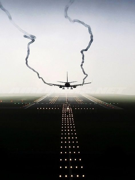 Clean final approach. Trails affected by the vortices of the wingtips and revealing the movement of air through which the landing aeroplane steers its course.