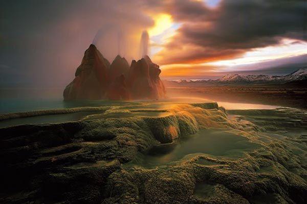 Гейзер Флай В начале 20 века рабочие, искавшие в Неваде месторождение нефти, решили пробурить в этом самом месте скважину. Однако, дойдя до подземного озера, работы были заброшены, а отверстие так и осталось. Спустя почти полвека вода «решила выйти» наружу, образовав симпатичный фонтан. В течение долгого времени природа формировала красивое наземное озеро и своеобразные террасы и скалы.