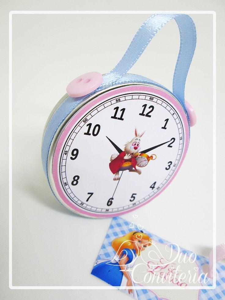 Convite no tema Alice, diferente, em formato de relógio Diâmetro da latinha: 5cm Convite contem um quebra cabeças simples de 9 peças onde contem os dados para a festa e o nome do aniversariante *Acompanha Tag com nome dos convidados *Acompanha botões *Embalado em saquinho celofane com ...