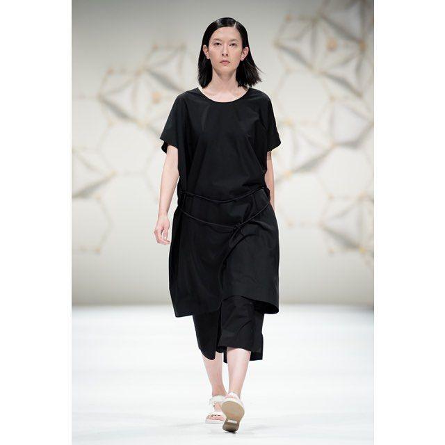 Вещь дня: платье JNBY свободного кроя из летней коллекции марки. Модель из тонкой шерсти доступна в черном цвете со скидкой 60%. Аналогичные хлопковые платья представлены в красном и синем цвета со скидкой 50%. #jnby #jnby_stpetersburg #невский148 #sale