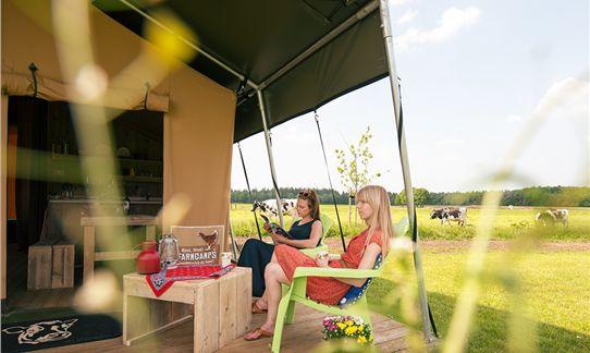 Lekker genieten op de veranda van de FarmCamps safaritent