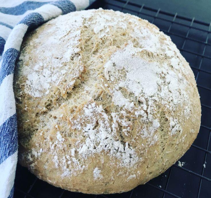 Det beste brødet er eltefritt synes jeg. Da får smakene god tid til å utvikle seg og ferdig stekt er det luftig og med tykk god skorpe. Her kommer derfor oppskriften på eltefri glutenfri loff, bak…