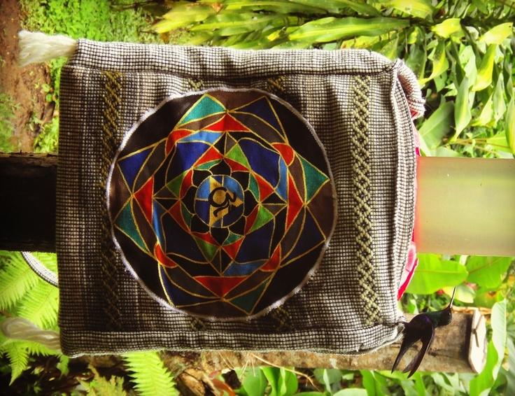 Mandala en bolso con un colibrí posando.   Foto tomada en Mindo-Ecuador