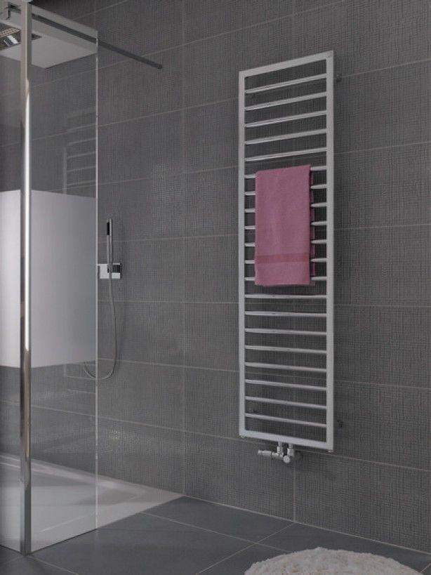Subway klassieke radiator van Zehnder. De Subway radiatoren van Zehnder hebben een klassieke, geometrische uitstraling. Deze radiator past in vrijwel iedere moderne of design badkamer. In deze foto is de radiator naast de opening van de douche geplaatst zodat je eenvoudig je lekker warme handdoek er af kunt pakken. Zehnder