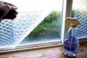 De todos los lugares de la casa, la ducha es el más difícil de limpiar. Hay pocas cosas peores que un cuarto de baño con una limpieza deficiente: azulejos sucios, ducha manchada de jabón seco y grifos cubiertos con una capa de cal. Puede ser realmente frustrante, sobre todo porque parece ser que el