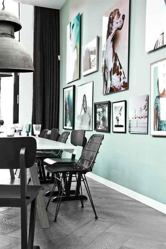 HKliving industrieel vintage kleur decoratie woonaccessoires woonkamer interieur wit zwart hout lamp stoelen eetkamer groen wanddecoratie