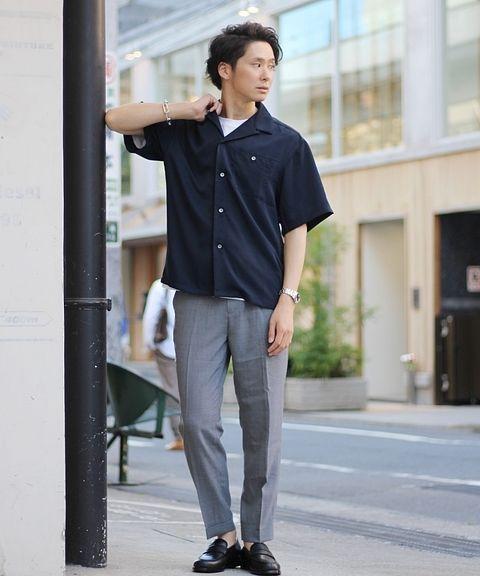 トレンドアイテムの本命「オープンカラーシャツ」  スラックス&ローファーでまとめたシックなスタイル提案。