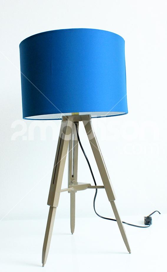 Lampu meja yang terbuat dari kayusolid dan bahan satin polyester koleksi Madison ini didesain sempurna mempermanis ruangan minimalis Anda. Tiga kaki kayu dan kap bulatnya berpadu sempurna dengan warna electic blue yang modern, mencerminkan nuansa minimalis modern yang stylish. Designer : Madison Collection : The Soho Series