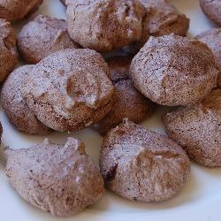 Einfache SChokoladenmakronen - super einfache und schnelle Plätzchen, die köstlich schmecken. Glutenfrei und laktosefrei. Das Rezept gibts auf Allrecipes Deutschland http://de.allrecipes.com/rezept/5091/einfache-schokoladenmakronen.aspx #Backen #Weihnachten