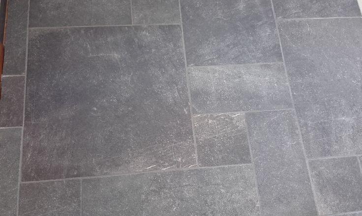 Keramische tegel, stijl van verouderd hardsteen. Niet te onderscheiden van echt natuursteen. Toch zijn dit echt keramische tegels, met als voordeel dat het eenvoudig te leggen is en niet vlekgevoelig is. Dit kan een voordelig alternatief zijn voor de Castle Stones.