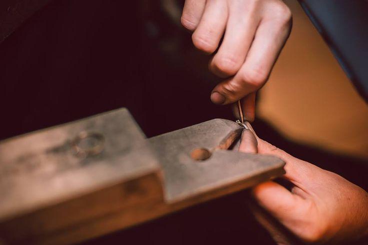 Pentru a asigura calitatea bijuteriilor si perpetuarea traditiilor, artizanii de la Sabion sunt scoliti in interior.  Ucenicii stau doi ani pe langa calfe, care la randul lor stau 4-5 ani pe langa mesteri.