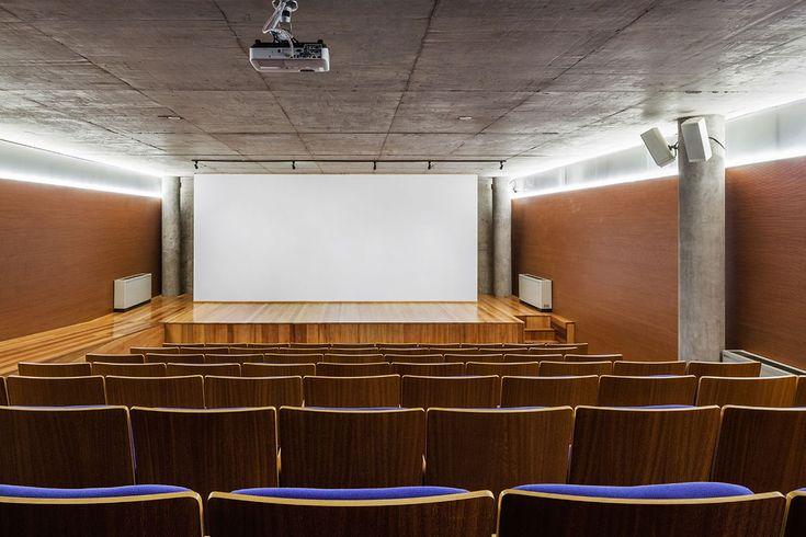O auditório é a construção mais importante no bloco lateral à esquerda do acesso. Luz provém da parte superior das divisórias translúcidas que delimitam o espaço