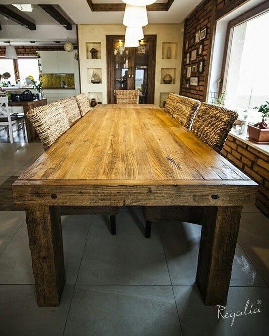 Na życzenie klientów wykonujemy komplety – stół i stolik. Rozkładany stół wykonaliśmy ze starych desek, łączonych na kliny i przyozdobiliśmy go starymi, ręcznie kutymi gwoździami. #regaliapolskamanufaktura #staredrewno #drewno #produktyzdrewna #stół mebledrewniane #meblenawymiar #wood #woodworking