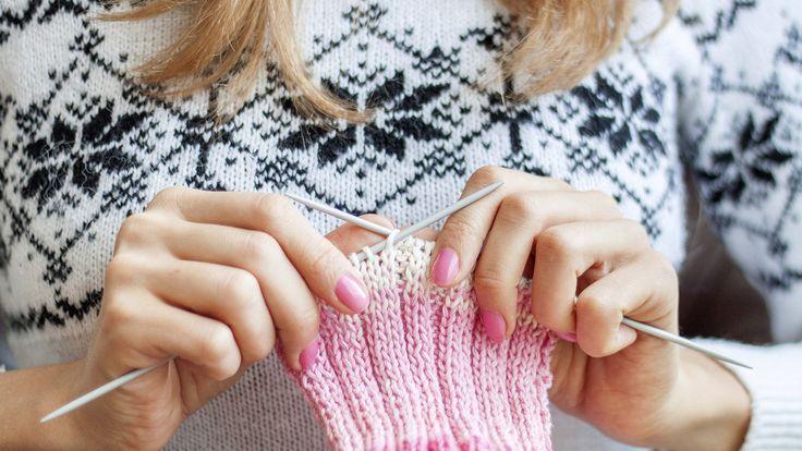 Tanja Steinbach zeigt ihnen, wie Sie selbst trendige Stulpen stricken können.