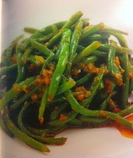 Judías verdes crujientes con salsa de ajos caramelizados